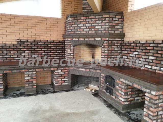 Угловой мангал из кирпича на летней кухне пос. Новорижский